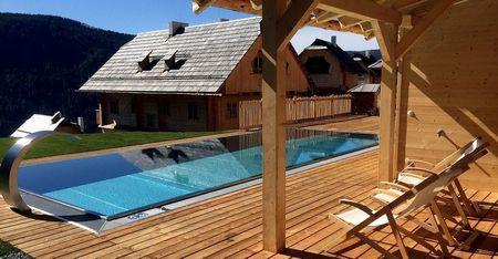 Poze Piscina - Piscina moderna a unei case traditionale din lemn