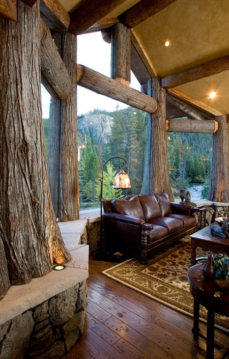 Poze Living - Living cu trunchiuri de copaci in care sticla a fost incastrata direct