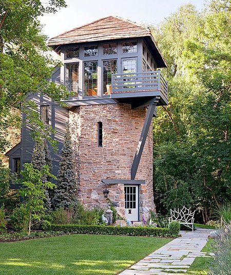 Poze Fatade - Casa turn din piatra si lemn