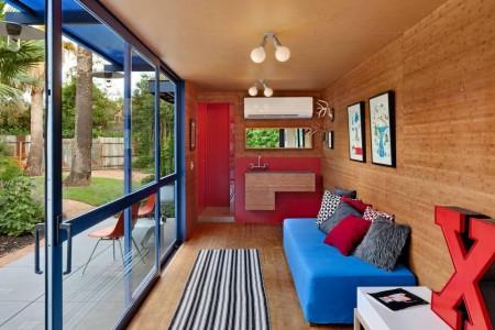 Poze Living - Livingul unei case de vacanta amenajate intr-un container