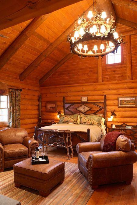 Poze Dormitor - Dormitorul rustic al unei casute din lemn construita in copaci