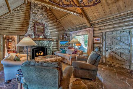 Poze Living - casa-vacanta-lemn-malul-lacului-living.jpg