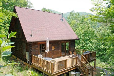 Poze Case lemn - Liniste si relaxare intr-o casuta de vacanta din lemn construita in mijlocul padurii