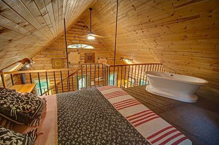Poze Dormitor - Dormitor cu cada intr-o casa de vacanta din lemn rotund