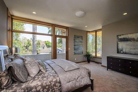 Poze Dormitor - Lumina si caldura soarelui inveselesc atmosfera acestui dormitor