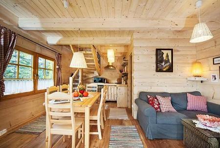 Poze Living - Zona de zi cu peretii si dusumelele din lemn ale unei case din busteni rotunzi