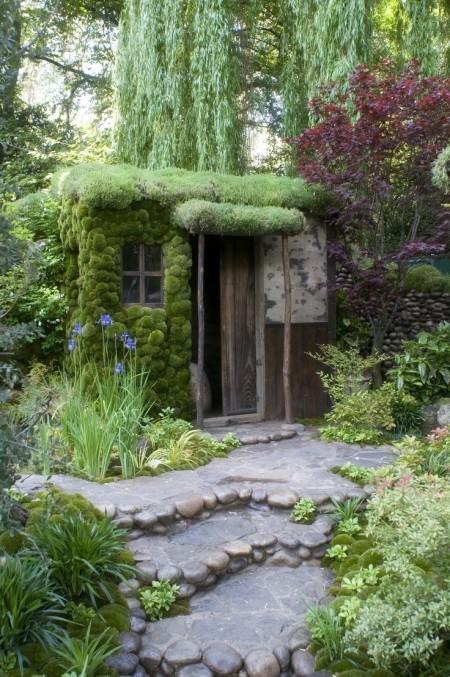 Poze Casute de gradina - O casuta de gradina din materiale reciclate acoperita cu vegetatie