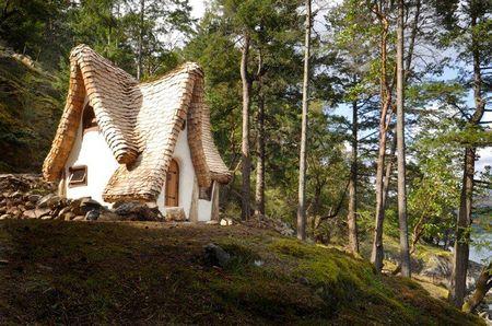 Poze Case lemn - Casuta din lemn, tencuita, cu un acoperis din sindrila ce o face sa para desprinsa din basmele copilariei