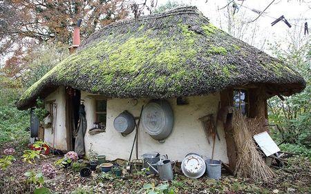 Poze Fatade - Casa din piatra, lut si paie construita cu doar 150 de lire sterline
