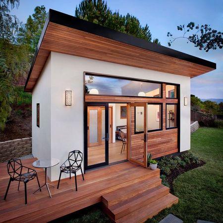 Poze Terasa - O terasa din lemn ce extinde spatiul interior inspre gradina
