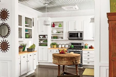 Poze Bucatarie - Obiectele decorative colorate insufletesc aceasta bucatarie vintage cu mobila de culoare alba