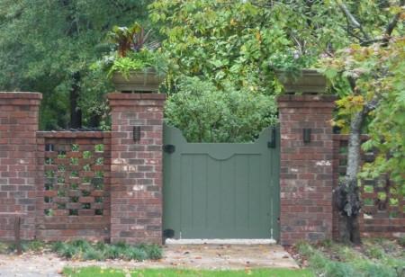 Poze Garduri si porti - Gard din caramida, perfect pentru gradinile englezesti
