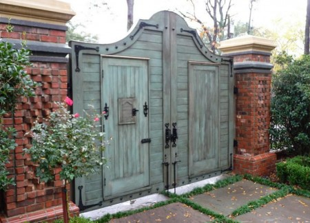 Poze Garduri si porti - Poarta antichizata din lemn si stalpi masivi din caramida