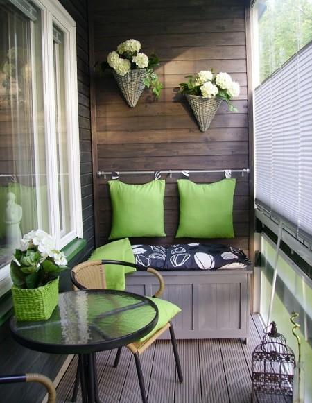Poze Balcon - Cateva pete de culoare dinamizeaza spatiul mic al unui balcon