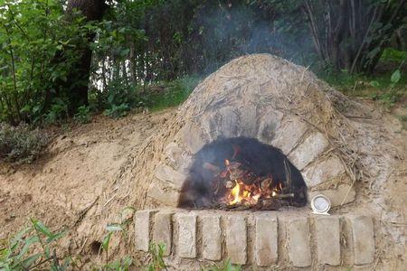 Poze Seminee, gratare - Cuptor din lut construit in gradina unei case ecologice