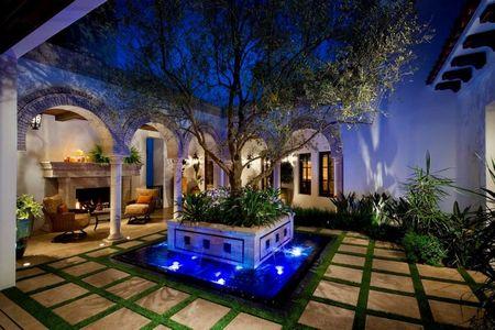 Poze Gradina de flori - Gradina in curtea interioara a unei case in stil mediteranean spaniol
