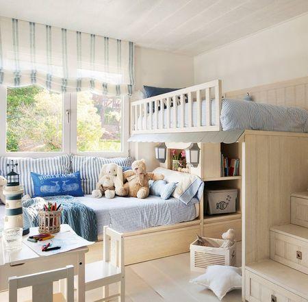 Poze Copii si tineret - In dormitorul copiilor s-a optat pentru un mobilier compact ce cuprinde doua paturi etajate