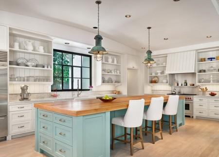 Poze Bucatarie - Combinatia de albastru si lemn natur aduce armonie si caldura in aceasta bucatarie