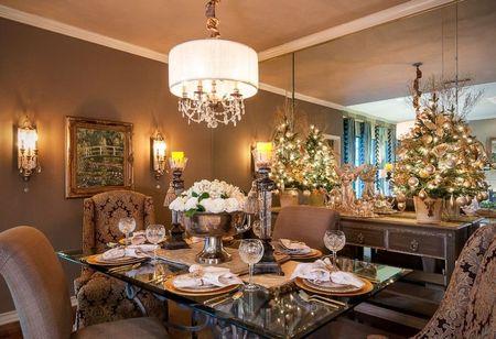 Poze Decoratiuni Craciun - Masa festiva de Craciun intr-o sufragerie decorata in stil clasic