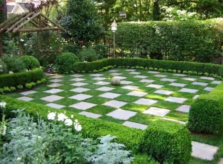 Poze Gradina de flori - Decor de gradina ce imita o tabla de sah