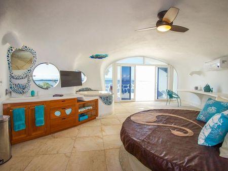 Poze Dormitor - Pat rotund in dormitorul unei case cu arhitectura organica