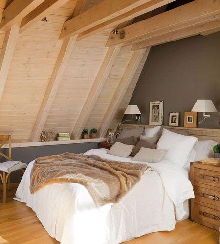 Poze Dormitor - Lemnul deschis la culoare imprima un aer intim acestui dormitor amenajat in mansarda unei case incantatoare