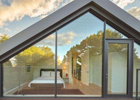 Poze Dormitor - Dormitor la mansarda unei case verzi moderne cu fatada din sticla