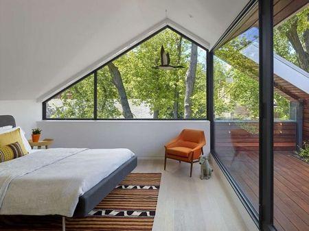 Poze Dormitor - Priveliste superba din dormitorul de la mansarda unei case ecologice moderne