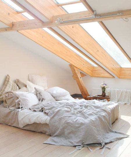 Poze Dormitor - Lumina naturala face diferenta in decorarea acestui dormitor minimalist amenajat intr-o mansarda