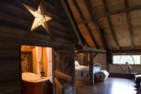 Poze Dormitor - Dormitor in podul unui vechi hambar din piatra si lemn