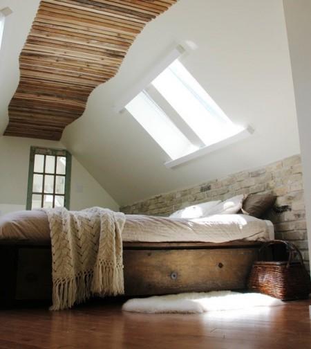 Poze Dormitor - Minimalism rustic in amenajarea unui superb dormitor in podul casei