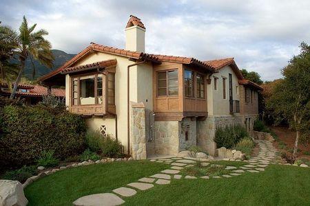 Poze Fatade - Culorile calde decoreaza fatada acestei case naturale