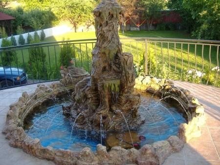 Poze Cascada si iaz - Fantana arteziana din piatra