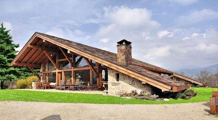 Poze Fatade - O casa spectaculoasa cu acoperis din piatra naturala