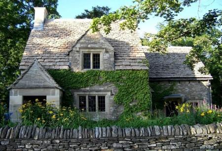 Poze Fatade - Iedera imbraca zidul rece din piatra al acestei case in stil cottage