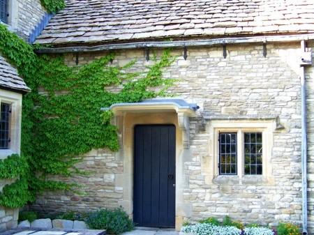 Poze Fatade - Iedera si piatra naturala pe fatada unei case in stil cottage
