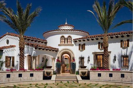 Poze Fatade - Fatada principala a unei case mediteraneene cu elemente de arhitectura specifice stilului colonial spaniol
