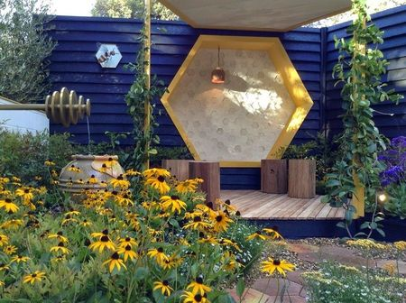 Poze Gradina de flori - O bancuta in gradina dedicata albinelor
