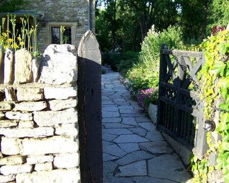 Poze Garduri si porti - Gradina rustica cu gard din piatra