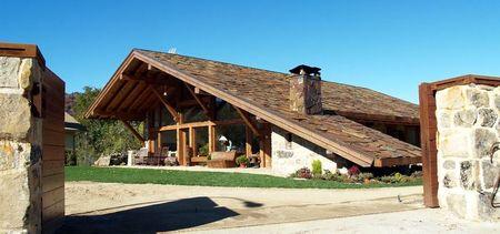 Poze Garduri si porti - gard-poarta-casa-lemn-acoperis-piatra.jpg