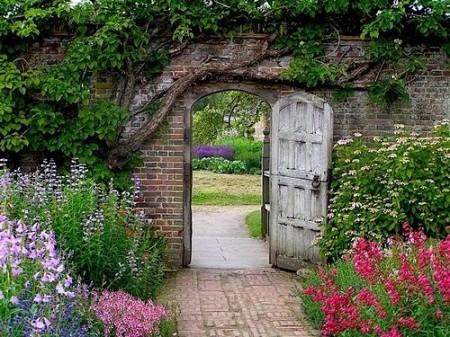Poze Garduri si porti - Gard din caramida si poarta din lemn antichizat intr-o gradina rustica plina de farmec
