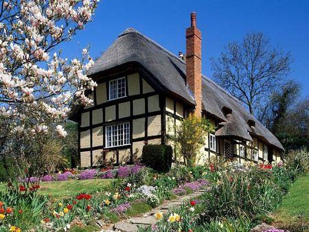 Poze Gradina de flori - Primavara in gradina unei case traditionale englezesti