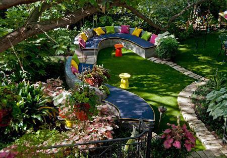 Poze Gradina de flori - Zona de odihna cu linii curbe si perne viu colorate