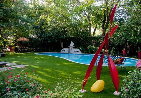 Poze Piscina - O obiecte de decor colorate si piscina cu linii curbe