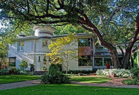Poze Fatade - Casa cu ferestre spre curtea cu vegetatie abundenta