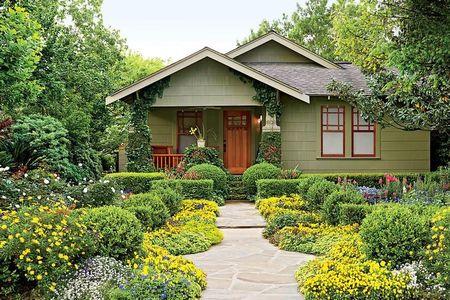 Poze Gradina de flori - O alee din piatra naturala traverseaza superba gradina cu flori multicolore din fata casei