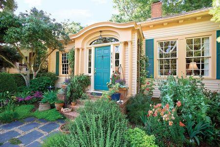 Poze Fatade - Gradina cu flori evidentiaza parca si mai mult frumusetea acestei case
