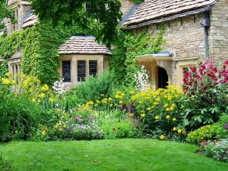 Poze Gradina de flori - Dintr-o gradina englezeasca nu putea lipsi o mica zona de peluza