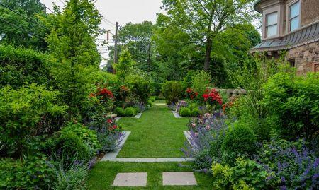 Poze Gradina de flori - O gradina formala cu arbusti decorativi, gazon si plante cu flori