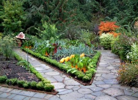 Poze Gradina legume - Alei din piatra naturala printre straturile din gradina de legume